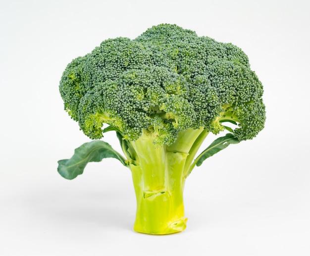 Brokkoli, der an die form eines baums lokalisiert auf weiß erinnert Premium Fotos
