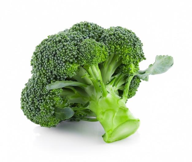 Brokkoli isoliert auf weißem hintergrund Premium Fotos