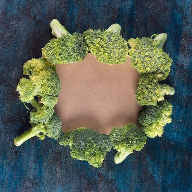 Brokkoli mit leerem papier auf tabelle Kostenlose Fotos