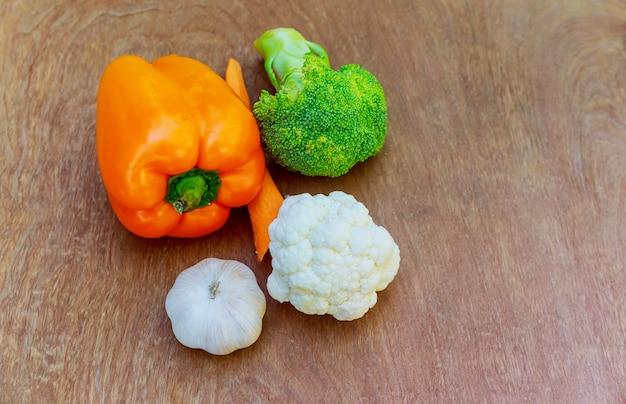 Brokkoli rabe, knoblauch, rote paprika Premium Fotos