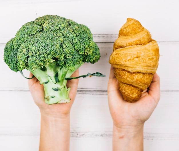 Brokkoli und croissant Kostenlose Fotos