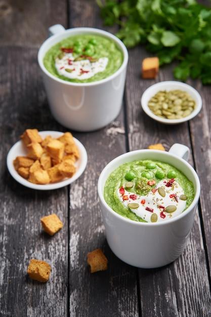 Brokkolicremesuppe. grünes gemüsepüree in der schale. diät vegane brokkolisuppe auf dunkel Premium Fotos