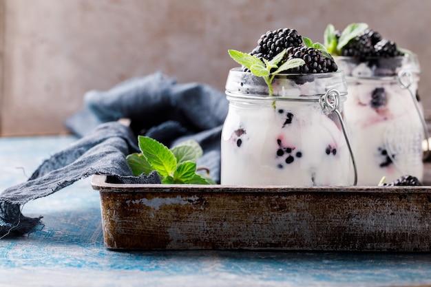 Brombeere mit griechischem joghurt Premium Fotos