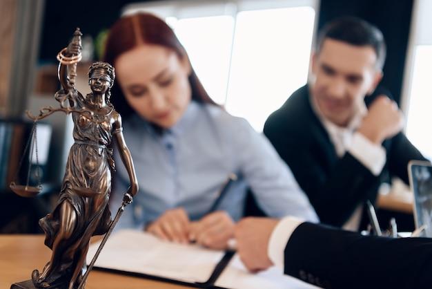 Bronzestatue von themis hält waage der gerechtigkeit im amt. Premium Fotos