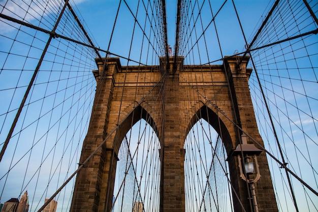 Brooklyn bridge in new york city mit einem blauen himmel Kostenlose Fotos