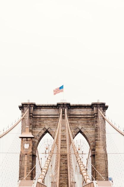 Brooklyn bridge mit us-flagge Kostenlose Fotos