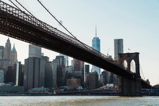 Brooklyn-brücke über east river in new york Kostenlose Fotos