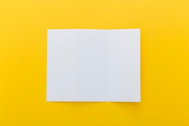 Broschüre auf gelbem grund Kostenlose Fotos
