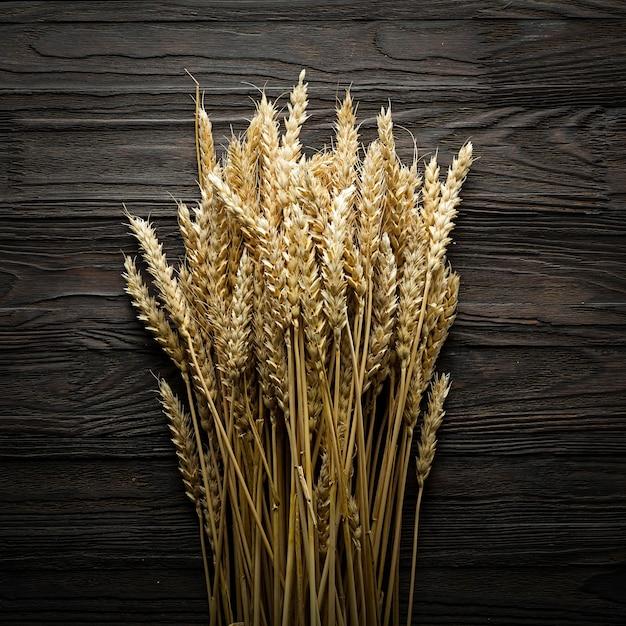 Brot ährchen auf einem holztisch. overhead anzeigen. landwirtschaftskonzept Premium Fotos