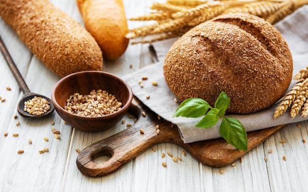 Brot auf einem alten weißen holztisch Premium Fotos