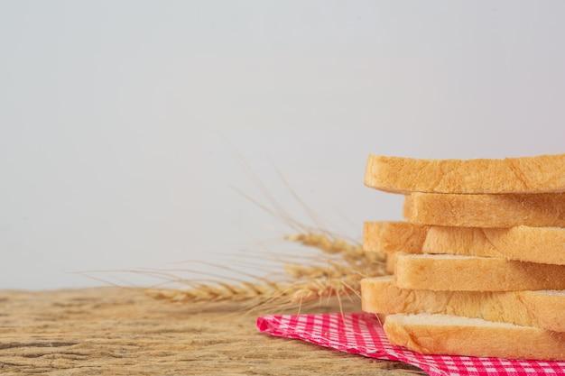 Brot auf einem holztisch auf einem alten bretterboden. Kostenlose Fotos