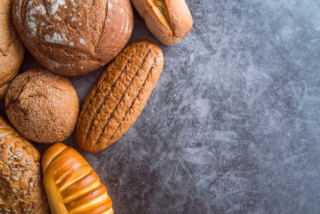 Brot auf schieferhintergrund mit kopienraum Kostenlose Fotos
