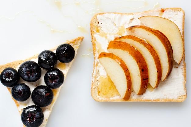 Brot mit butterhonig und früchten Kostenlose Fotos