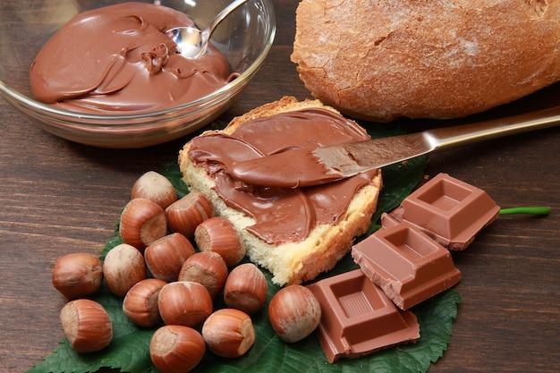 Brot mit haselnuss und schokoladencreme Premium Fotos