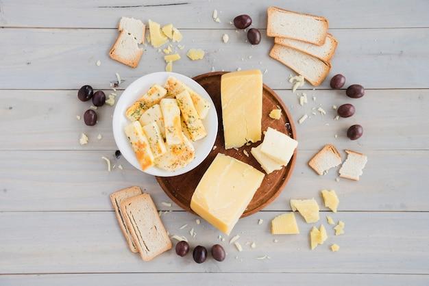 Brot; oliven mit käsestück zum frühstück auf tabelle Kostenlose Fotos