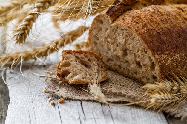 Brot, roggen, weizen, rustikaler hölzerner hintergrund Premium Fotos