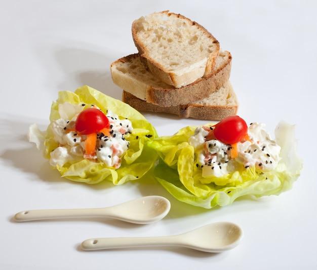 Brot und frischer salat Premium Fotos