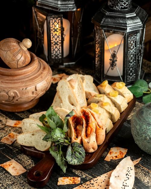 Brot und gebäck mit basilikum und kirschtomate an bord Kostenlose Fotos
