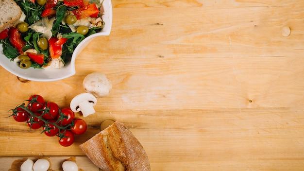 Brot und gemüse in der nähe von salat Kostenlose Fotos