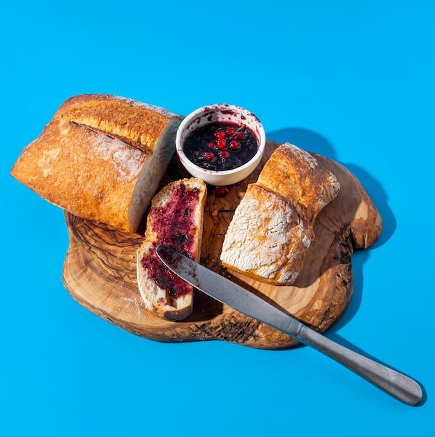 Brot und marmelade mit krümelresten auf holzbrett Kostenlose Fotos
