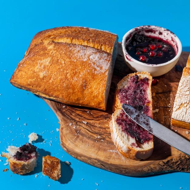 Brot und marmelade mit übrig gebliebenen krümeln Kostenlose Fotos
