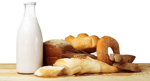Brot und milch auf dem tisch Premium Fotos