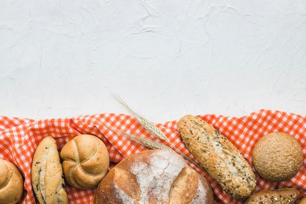 Brot und weizen auf tuch Kostenlose Fotos