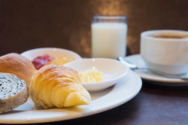 Brotfrühstück eingestellt mit milch und kaffee Kostenlose Fotos