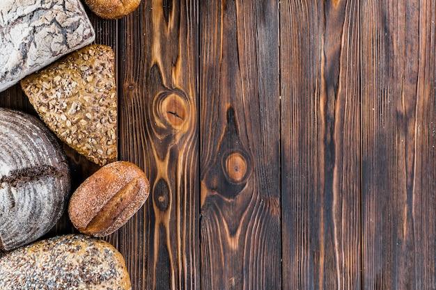 Brotgrenze auf dunklem holz mit kopienraumhintergrund Kostenlose Fotos