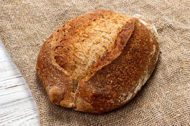 Brotlaib auf hölzernem, lebensmittelnahaufnahme Premium Fotos