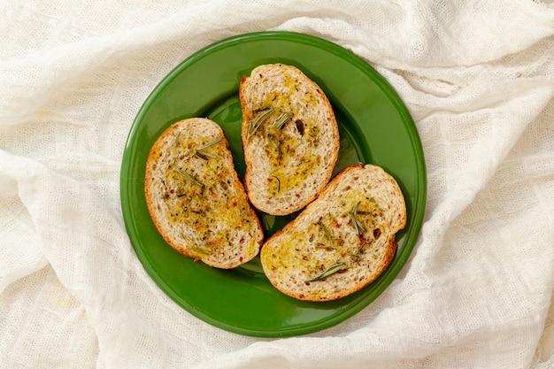 Brotscheiben mit olivenöl auf tuch Kostenlose Fotos