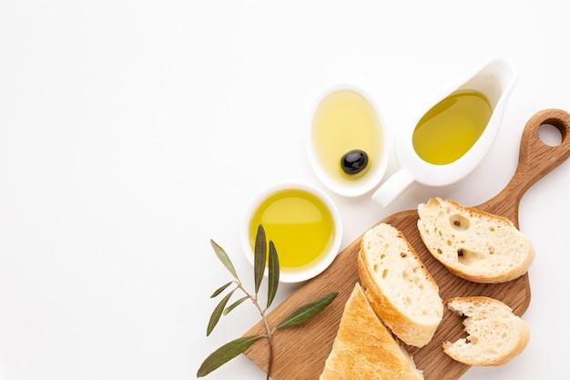 Brotscheiben und olivenöluntertassen mit kopienraum Kostenlose Fotos