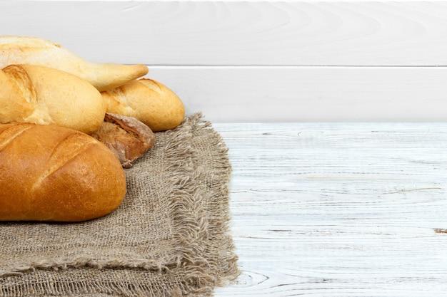 Brotstangenbrote auf rustikalem weiß gemaltem holz Premium Fotos