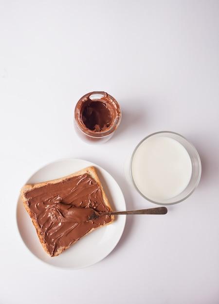 Brottoast mit schokoladencremebutter, glas schokoladencreme Premium Fotos