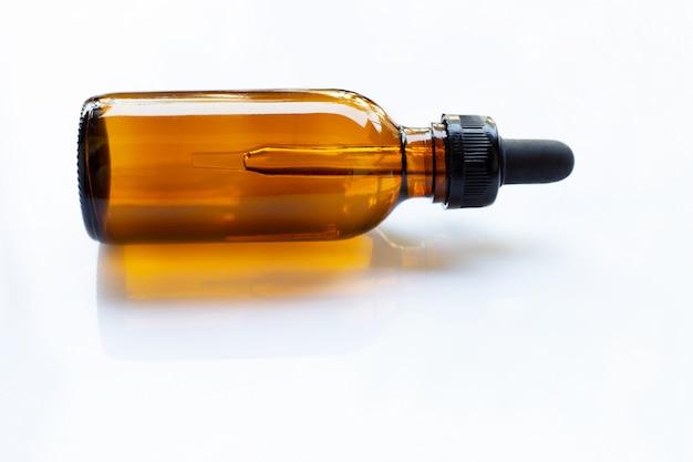 Brown-flaschen-augen-tropfenzähler auf weiß Premium Fotos