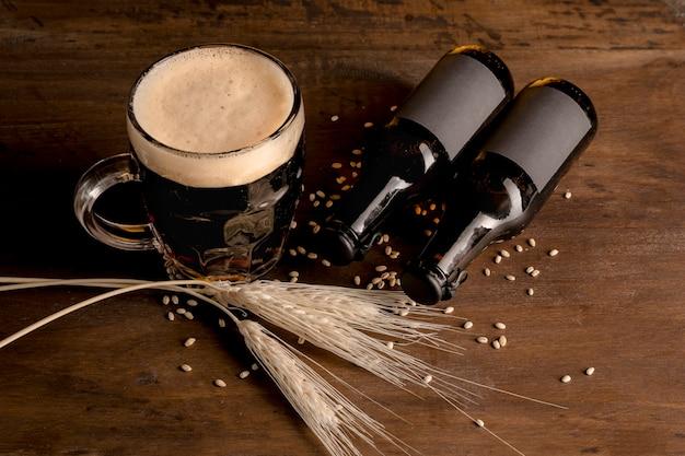 Brown-flaschen bier mit glas bier auf holztisch Kostenlose Fotos