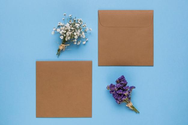 Brown-hochzeitseinladungen mit blauem hintergrund Kostenlose Fotos