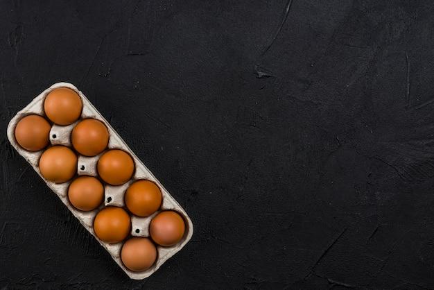Brown-hühnereien im gestell auf schwarzer tabelle Kostenlose Fotos