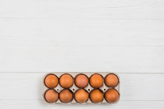 Brown-hühnereien im gestell auf weißer tabelle Kostenlose Fotos