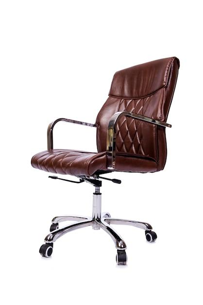 Brown-lederner bürostuhl lokalisiert auf weiß Premium Fotos