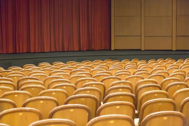 Brown-weinlese setzt lehnsessel im theater. Premium Fotos