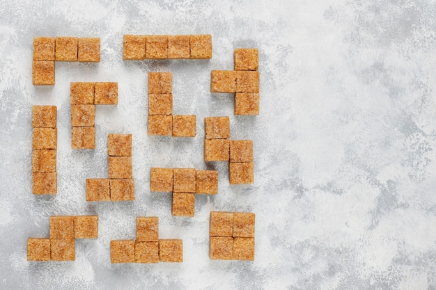 Brown-zuckerwürfel auf konkreter, draufsicht Kostenlose Fotos