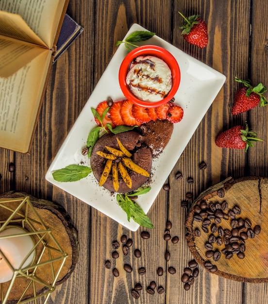 Brownie cup cake serviert mit vanilleeis und mentholfrüchten Kostenlose Fotos