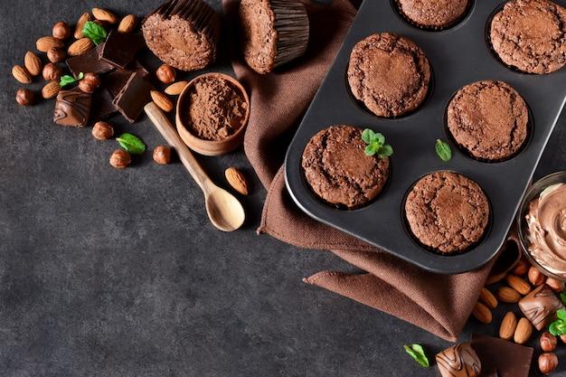 Brownies mit nüssen und schokolade auf einem schwarzen hintergrund Premium Fotos
