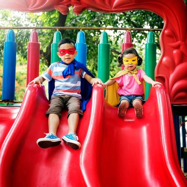 Bruder-schwester-mädchen-jungen-kinderfreude-spielerisches freizeit-konzept Kostenlose Fotos