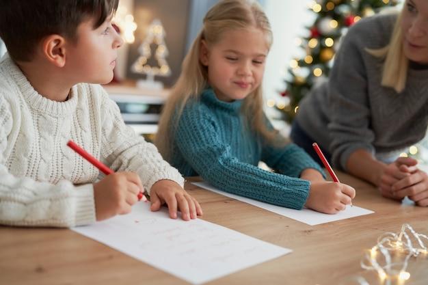 Bruder und schwester schreiben einen brief an den weihnachtsmann Kostenlose Fotos