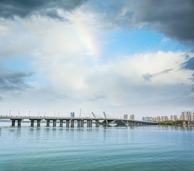 Brücke auf dem see Kostenlose Fotos