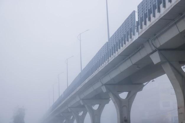 Brücke in smog Kostenlose Fotos