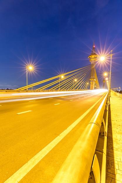 Brücke in sonnenuntergang nonthaburi thailand Premium Fotos