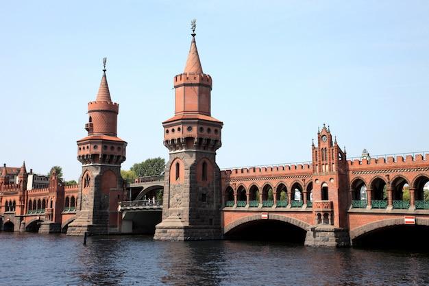 Brücke oberbaumbrücke in berlin Premium Fotos